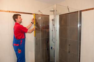 Rainer Hoschkara beim Montieren einer Dusche